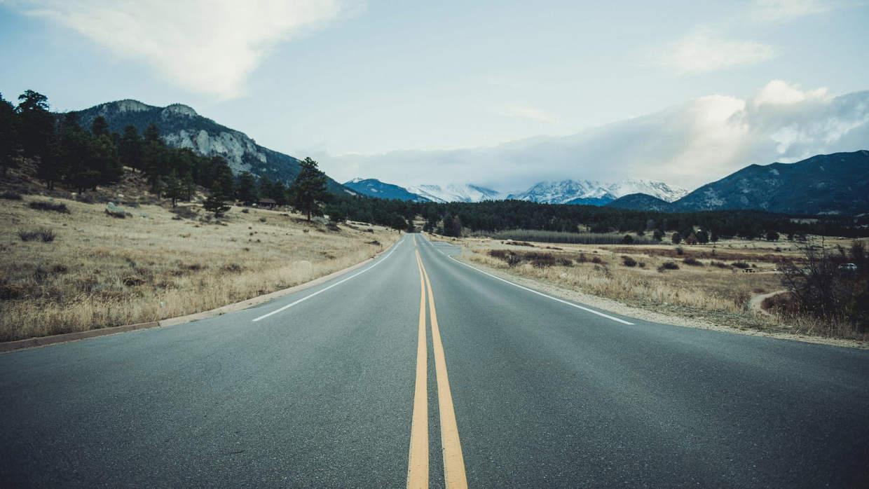 Carretera Convencional Cerca De Una Sierra