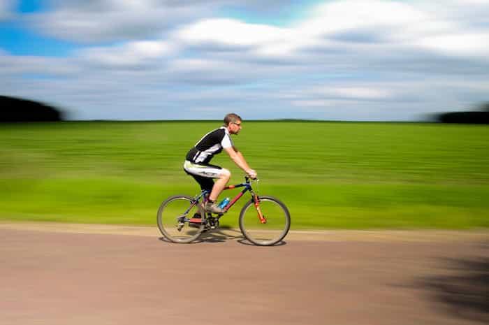Ciclista en una carretera circulando adecuadamente