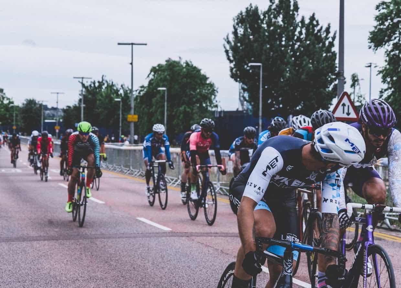 Ciclistas en carretera y en grupo