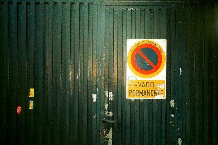 Señal de vado permanente en una puerta de garaje