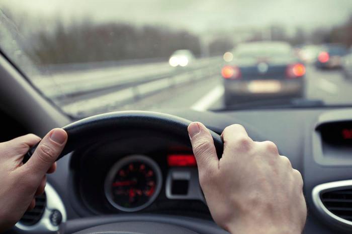 Conductor de un coche que ha calculado la distancia de seguridad