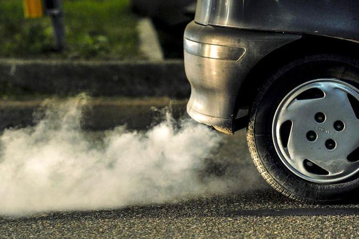 Coche que genera alta contaminación al medio ambiente