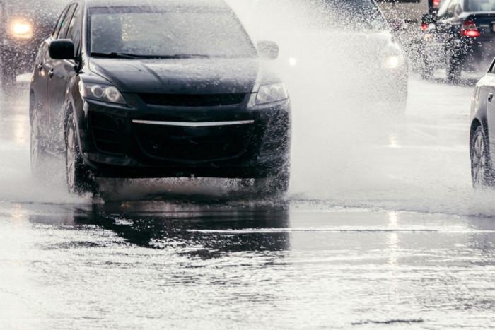 Coches con distancia de seguridad necesaria en caso de suelo mojado