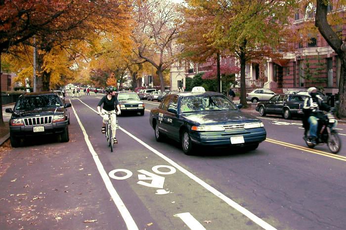 Vehículos en una ciudad con la distancia apropiada