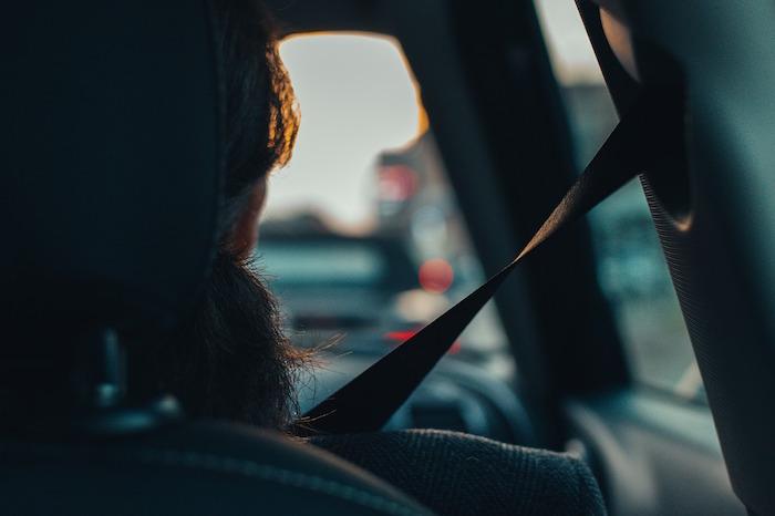 Conductora al volante con las cumpliendo con las medidas de seguridad vial