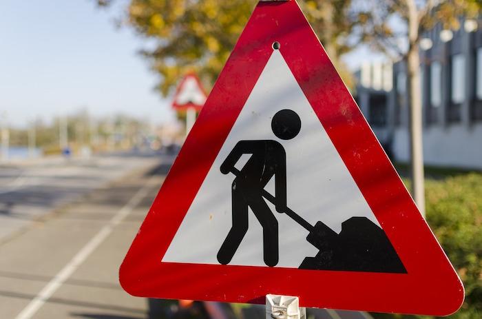 Señal de tráfico que implica precauciones