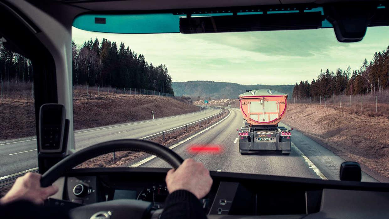 Conductor Guardando La Distancia De Seguridad Correcta Entre Vehículos