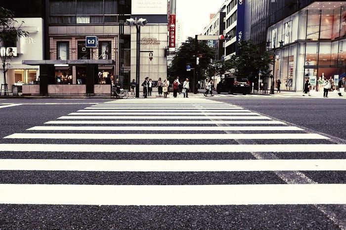 Marcas viales de tráfico transversales