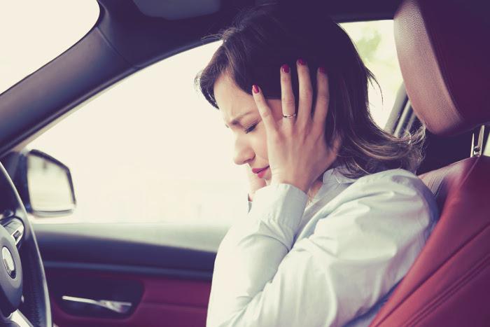 Conductor con síntomas de miedo en la conducción de un vehículo