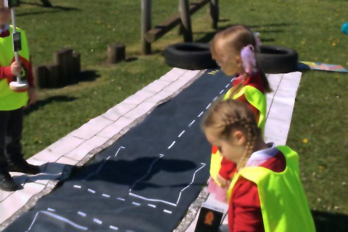 Los niños aprendiendo seguridad vial
