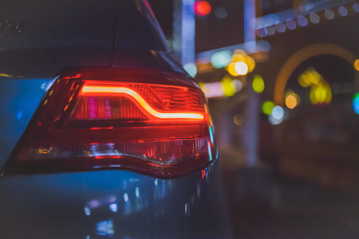 Vehículo con las luces traseras encendidas