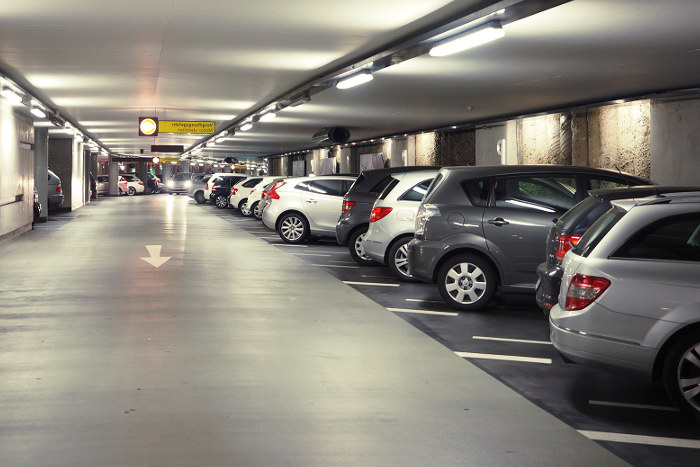 Garaje comunitario con normativa sobre los accesos