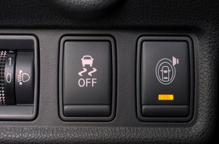 Botón de tracción de un coche